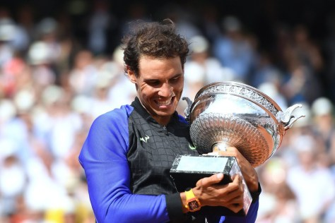 rafael-nadal-holds-french-open-2017-trophy.jpg