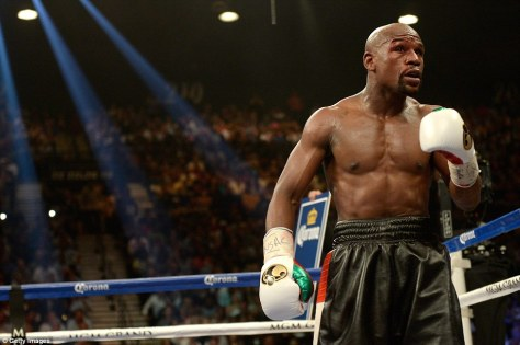 2405218B00000578-2877649-Mayweather_was_not_happy_with_the_crowd_Amir_Khan_brought_in_whe-a-5_1418831053009